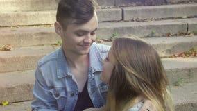 Χαριτωμένο ζεύγος κατά μια ημερομηνία στο πάρκο μια ηλιόλουστη ημέρα φιλμ μικρού μήκους