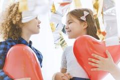 Χαριτωμένο ζεύγος παιδιών με τις καρδιές Στοκ Φωτογραφία