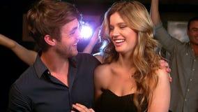 Χαριτωμένο ζεύγος που έχει τη διασκέδαση σε ένα κόμμα απόθεμα βίντεο