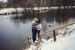 Χαριτωμένο ζεύγος που στέκεται σε ένα χειμερινό πάρκο στοκ εικόνες