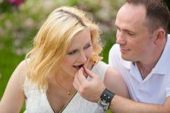 Χαριτωμένο ζεύγος vacationer στο πικ-νίκ Στοκ φωτογραφία με δικαίωμα ελεύθερης χρήσης