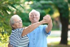 Χαριτωμένο ηλικιωμένο ζεύγος που χορεύει υπαίθρια στοκ εικόνα