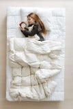 Χαριτωμένο θαυμάσιο κορίτσι που ονειρεύεται ένα πρωί Στοκ φωτογραφία με δικαίωμα ελεύθερης χρήσης