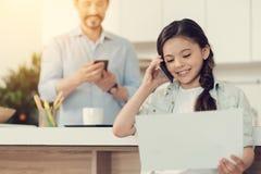 Χαριτωμένο θετικό κορίτσι που μιλά στο τηλέφωνο Στοκ Εικόνες