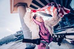 Χαριτωμένο θηλυκό Σαββατοκύριακο εξόδων προσώπων με την ευχαρίστηση στοκ φωτογραφίες