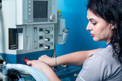 Χαριτωμένο θηλυκό πορτρέτο anesthesiologist στη εντατική Στοκ Φωτογραφίες