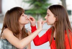 χαριτωμένο κάθε ταΐζοντας κορίτσια άλλα εφηβικά δύο Στοκ Εικόνα