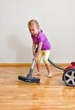 Χαριτωμένο καθαρίζοντας πάτωμα μικρών κοριτσιών στοκ εικόνα