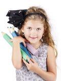Χαριτωμένο και έξυπνο μικρό κορίτσι με τα μεγάλα κραγιόνια Στοκ φωτογραφία με δικαίωμα ελεύθερης χρήσης