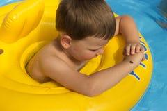 Χαριτωμένο και αστείο μικρό κορίτσι στην πισίνα, που κολυμπά στο διογκώσιμο δαχτυλίδι, έννοια τρόπου ζωής Ο διογκώσιμος κύκλος Κα στοκ εικόνες