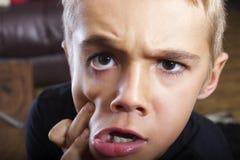 Χαριτωμένο και αστείο νέο αγόρι με το αστείο πρόσωπο Στοκ Εικόνες
