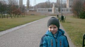 Χαριτωμένο καυκάσιο αγόρι στα περιστασιακά ενδύματα απόθεμα βίντεο