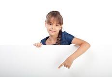 Χαριτωμένο καυκάσιο κορίτσι με το κενό χαρτόνι Στοκ Εικόνα