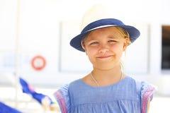Χαριτωμένο καυκάσιο κορίτσι στο καπέλο στην παραλία Στοκ Φωτογραφίες