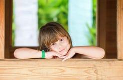 Χαριτωμένο καυκάσιο μικρό κορίτσι στο ξύλινο πλαίσιο Στοκ Εικόνα