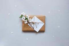 Χαριτωμένο κιβώτιο δώρων με το έγγραφο τεχνών και τη τοπ άποψη λουλουδιών στοκ φωτογραφίες