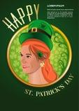 Χαριτωμένο κοκκινομάλλες κορίτσι σε ένα πράσινο καπέλο leprechaun Στοκ Φωτογραφίες