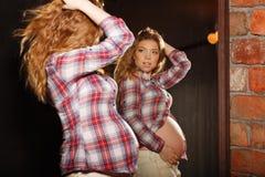 χαριτωμένο κορίτσι έγκυο Στοκ Εικόνες