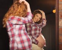 χαριτωμένο κορίτσι έγκυο Στοκ Φωτογραφίες