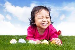χαριτωμένο κορίτσι αυγών Πάσχας Στοκ Εικόνες