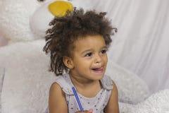 Χαριτωμένο κορίτσι αφροαμερικάνων στοκ φωτογραφίες με δικαίωμα ελεύθερης χρήσης