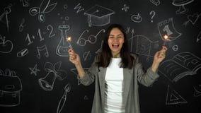 Χαριτωμένο κορίτσι δασκάλων, χαρούμενες συγκινήσεις στο υπόβαθρο σχολικών πινάκων απόθεμα βίντεο
