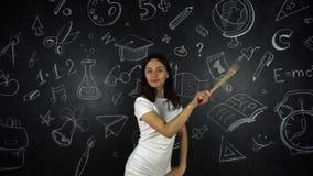 Χαριτωμένο κορίτσι δασκάλων, χαρούμενες συγκινήσεις στο υπόβαθρο σχολικών πινάκων φιλμ μικρού μήκους
