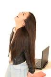 Χαριτωμένο κορίτσι εφήβων από τον υπολογιστή με το επικεφαλής πίσω γέλιό της Στοκ φωτογραφίες με δικαίωμα ελεύθερης χρήσης