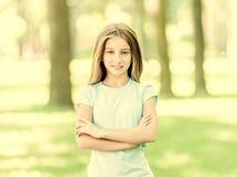Χαριτωμένο κορίτσι εφήβων που χαμογελά στο πάρκο πρωινού στοκ φωτογραφίες
