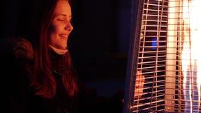 Χαριτωμένο κορίτσι εφήβων στις οδούς νύχτας πόλεων Απολαύστε τη νύχτα και τη θέα της πυρκαγιάς 60 σε 24fps 4K UHD φιλμ μικρού μήκους