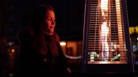 Χαριτωμένο κορίτσι εφήβων στις οδούς νύχτας πόλεων Απολαύστε τη νύχτα και τη θέα της πυρκαγιάς 60 σε 24fps 4K UHD απόθεμα βίντεο