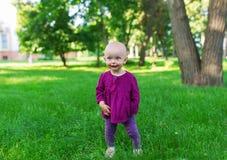 χαριτωμένο κορίτσι ημέρας λίγο καλοκαίρι λιβαδιών Στοκ φωτογραφίες με δικαίωμα ελεύθερης χρήσης