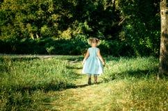 χαριτωμένο κορίτσι ημέρας λίγο καλοκαίρι λιβαδιών Στοκ Φωτογραφίες