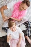 Χαριτωμένο κορίτσι και ο γονέας της που κάνουν girly τα πράγματα Στοκ Εικόνα