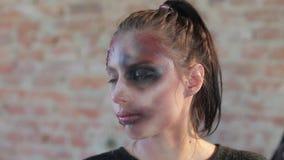 Χαριτωμένο κορίτσι κινηματογραφήσεων σε πρώτο πλάνο με τα όμορφα μπλε απόθεμα βίντεο