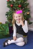 Χαριτωμένο κορίτσι κοντά στο νέο δέντρο έτους στοκ φωτογραφίες με δικαίωμα ελεύθερης χρήσης