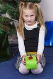 Χαριτωμένο κορίτσι κοντά στο νέο δέντρο έτους στοκ φωτογραφίες