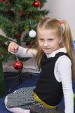 Χαριτωμένο κορίτσι κοντά στο νέο δέντρο έτους στοκ εικόνες με δικαίωμα ελεύθερης χρήσης