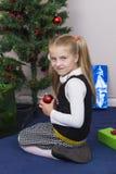 Χαριτωμένο κορίτσι κοντά στο νέο δέντρο έτους στοκ εικόνες