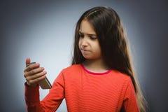 χαριτωμένο κορίτσι κυττάρων λίγη τηλεφωνική ομιλία Απομονωμένος σε γκρίζο Στοκ εικόνα με δικαίωμα ελεύθερης χρήσης