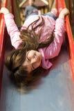 χαριτωμένο κορίτσι λίγη φωτογραφική διαφάνεια Στοκ φωτογραφία με δικαίωμα ελεύθερης χρήσης