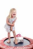 χαριτωμένο κορίτσι λίγο τραμπολίνο Στοκ Φωτογραφία