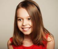 χαριτωμένο κορίτσι λίγο χαμόγελο Στοκ φωτογραφία με δικαίωμα ελεύθερης χρήσης