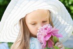 χαριτωμένο κορίτσι λουλ& Στοκ εικόνες με δικαίωμα ελεύθερης χρήσης