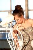 Χαριτωμένο κορίτσι με ένα άσπρο περιστέρι Στοκ εικόνα με δικαίωμα ελεύθερης χρήσης