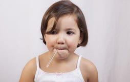 Χαριτωμένο κορίτσι με ένα κλινικό θερμόμετρο υδράργυρος--γυαλιού στοκ εικόνα