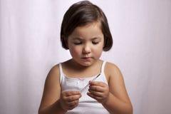 Χαριτωμένο κορίτσι με ένα κλινικό θερμόμετρο υδράργυρος--γυαλιού στοκ φωτογραφίες