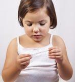 Χαριτωμένο κορίτσι με ένα κλινικό θερμόμετρο υδράργυρος--γυαλιού στοκ φωτογραφία