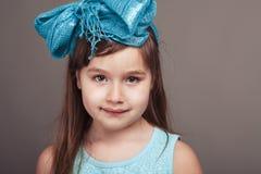 Χαριτωμένο κορίτσι με ένα μπλε τόξο Στοκ εικόνες με δικαίωμα ελεύθερης χρήσης