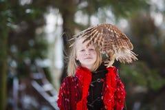 Χαριτωμένο κορίτσι με λίγη κουκουβάγια Στοκ φωτογραφίες με δικαίωμα ελεύθερης χρήσης